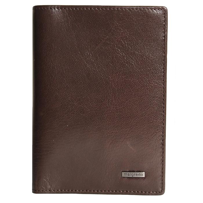 Обложка для паспорта Malgrado, цвет: коричневый. 54019-5402DBM8434-58AEСтильная обложка для паспорта Malgrado изготовлена из натуральной кожи коричневого цвета. Внутри содержит прозрачное пластиковое окно, съемный прозрачный вкладыш для полного комплекта автодокументов, пять отделений для кредитных и дисконтных карт. Обложка упакована в подарочную картонную коробку с логотипом фирмы. Такая обложка станет замечательным подарком человеку, ценящему качественные и практичные вещи. Характеристики:Материал: натуральная кожа, пластик. Размер обложки: 13,5 см х 9,5 см х 1,5 см. Цвет: коричневый.Размер упаковки:15,5 см х 11,5 см х 3,5 см. Артикул: 54019-5402D.