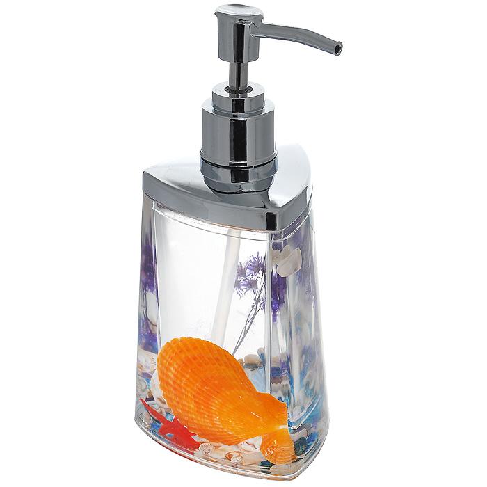 Дозатор для жидкого мыла FantasyUP210DFДозатор для жидкого мыла Fantasy, изготовленный из прозрачного пластика, отлично подойдет для вашей ванной комнаты. Дозатор имеет двойные стенки, между которыми находится прозрачный гелевый наполнитель с разноцветными ракушками, красной морской звездой и сиреневой веточкой. Такой аксессуар очень удобен в использовании, достаточно лишь перелить жидкое мыло в дозатор, а когда необходимо использование мыла, легким нажатием выдавить нужное количество. Дозатор для жидкого мыла Fantasy создаст особую атмосферу уюта и максимального комфорта в ванной. Характеристики: Материал: пластик, акрил, гелевый наполнитель. Цвет: оранжевый, голубой, сиреневый, красный. Размер дозатора: 7,5 см х 7,5 см х 17 см. Производитель: Швеция. Изготовитель: Китай. Размер упаковки: 8,5 см х 8,5 см х 17,5 см. Артикул: 877-48.