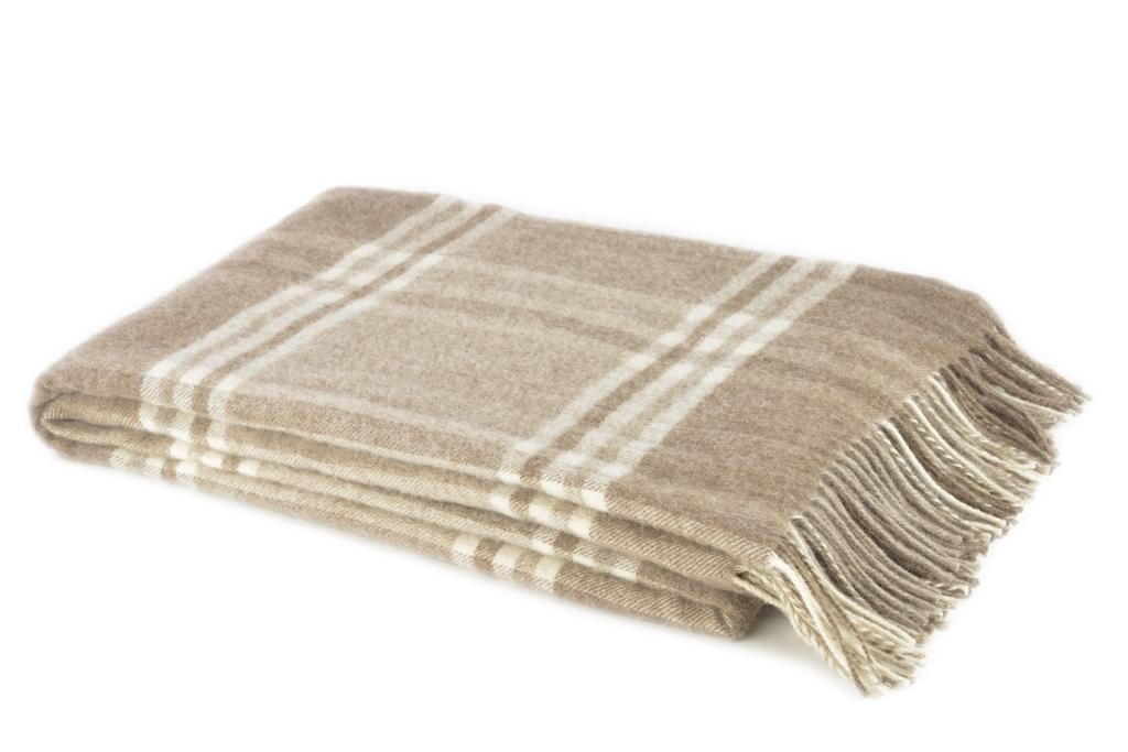 Плед Amati, 140 см х 200 см. 1-001-140 _0296515412Мягкий плед Amati, выполненный из сверхтонкой мериносовой овечьей шерсти, изготовлен без крашения. Он, несомненно, добавит комнате уюта и согреет в прохладные дни. От природы выразительный цвет используемого сырья помог создать эстетичный плед натуральной расцветки. Удобный размер этого качественного пледа позволит использовать его и как одеяло, и как покрывало для кресла или софы. Такое теплое украшение может стать отличным подарком друзьям и близким! Под шерстяным пледом вам никогда не станет жарко или холодно, он помогает поддерживать постоянную температуру тела. Шерсть обладает прекрасной воздухопроницаемостью, она поглощает и нейтрализует вредные вещества и славится своими целебными свойствами. Плед из шерсти станет лучшим лекарством для людей, страдающих ревматизмом, радикулитом, головными и мышечными болями, сердечно-сосудистыми заболеваниями и нарушениями кровообращения. Шерсть не электризуется. Она прочна, износостойка, долговечна. Наконец, шерсть просто приятна на ощупь, ее мягкость и фактура вызывают потрясающие тактильные ощущения! Характеристики:Материал: 100% сверхтонкая мериносовая овечья шерсть. Размер: 140 см х 200 см. Артикул: 1-001-140_02. Шерстяной плед коллекции Linea Lore от фабрики Руно - истинное воплощение уюта, тепла и комфорта. Пледы Linea Lore изготавливаются на итальянском оборудовании по европейскому дизайну. Качественный, экологически чистый плед от фабрики Руно изготовлен из натурального сырья контролируемого происхождения и давно известен потребителю в самых разных регионах страны. Для производства пледов Linea Lore используется пух монгольского верблюда, пух ягненка мериноса и шерсть новозеландских ягнят.