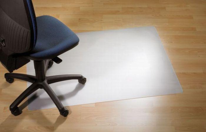 Защитный коврик ClearStyle, PC, для гладкой поверхности, 92 см х 92 см1116Коврик ClearStyle обеспечивает защиту таких покрытий, как паркет, ламинат, мрамор, плитка от повреждений колесиками и ножками кресел и стульев и позволяет легко передвигаться в пределах рабочего места. Рельефная обратная сторона коврика позволяет ему надежно держаться на месте. Прозрачный коврик не нарушает дизайн офиса, не желтеет со временем и устойчив к повреждениям, царапинам, поломкам. Подходит для полов с подогревом. Не токсичен, не вызывает аллергии. Коврик изготовлен из поликарбоната (PC), и отличается высокой износостойкостью, обладают высокой прочностью в сочетании с очень высокой стойкостью к ударным воздействиям в большом диапазоне температур. Такой коврик станет великолепным дополнением к вашему рабочему месту.