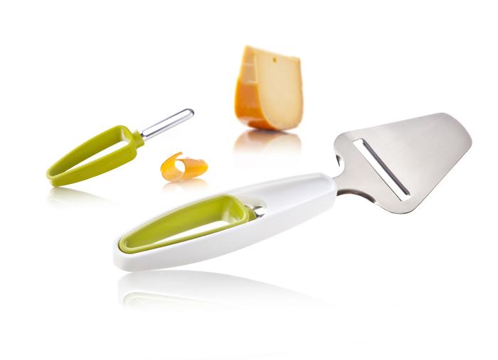 Набор VacuVin Cheese Slicer & Rind Peeler для резки сыра ломтиками и удаления корки, 2 предмета4654660Набор VacuVin Cheese Slicer & Rind Peeler сделает нарезку сыра простой и безопасной. Набор состоит из ножа для сыра и ножа для корки. Сначала используйте срезатель корки, удобно хранящийся внутри ручки ножа для сыра, чтобы удалить корку. Затем снова вставьте срезатель корки в ручку ножа и нарежьте сыр ломтиками. Благодаря хранению в сложенном виде, два удобных инструмента всего будут вместе у вас под рукой. Предметы набора можно мыть в посудомоечной машине. Характеристики: Материал: металл, пластик. Цвет: белый, зеленый. Общая длина ножа для сыра: 24 см. Длина лезвия ножа для сыра: 5 см. Общая длина ножа для корки: 14 см. Длина лезвия ножа для корки: 4,5 см. Артикул: 4654660.