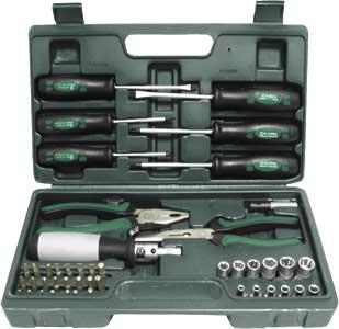 Набор инструментов FIT, 45 предметов65143Набор инструментов FIT - это необходимый предмет в каждом доме. Он включает в себя 45 предметов, которые умещаются в небольшом кейсе. Инструменты, входящие в набор гарантируют надежность и длительный срок службы. Такой набор будет идеальным подарком мужчине. Состав набора: 6 отверток: плоские- 5 х 100 мм, 6 х 100 мм, крестовые- PH1 x 75 мм, PH2 х 100 мм, PZ1 х 75 мм, PZ2 х 100 мм Биты плоские: 4 мм, 5 мм, 5,5 мм, 6мм Биты крестовые: РН1, РН2, РН3, PZ1, PZ2, PZ3 Биты шестигранные: Н3, Н4, Н5, Н5,5, Н6, Т10, Т15, Т20, Т25, Т27, Т30, Т40 Адаптер для головок 12 головок: 4 мм, 4,5 мм, 5 мм, 5,5 мм, 6 мм, 7 мм, 8 мм, 9 мм, 10 мм, 11 мм, 12 мм, 13 мм Магнитный адаптер для бит Пассатижи Тонконосы Реверсивная отвертка Пластиковый чемодан. Характеристики: Материал: сталь, пластик, резина. Длина пасатижей: 18 см. Длина тонконосов: 20 см. Размеры кейса: 33 см x 19 см x 6...