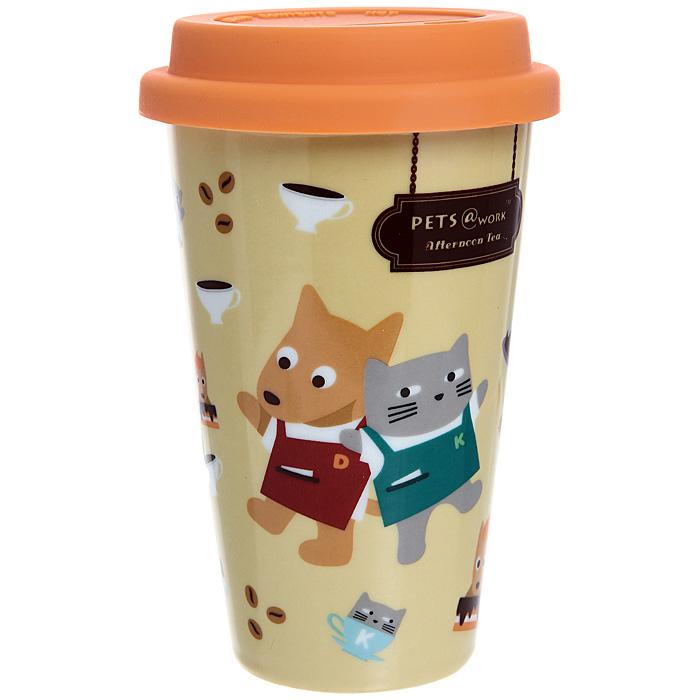 Кружка Afternoon tea с силиконовой крышкой, цвет: оранжевый, 300 мл. 13233Аcontigo0355Кружка Afternoo tea, выполненная из фарфора, порадует каждого, кто ее увидит, и великолепно украсит кухонный интерьер. Кружка оранжевого цвета оформлена забавными изображениеми котика и собачки в фартуках, а также имеет силиконовую крышку с прорезью для питья. Оригинальный дизайн и функциональность кружки придутся по вкусу каждому. Характеристики:Материал: фарфор, силикон.Объем: 300 мл. Диаметр кружки по верхнему краю: 9 см. Высота кружки (с учетом крышки): 14,5 см. Размер упаковки: 15,5 см х 9,5 см х 9,5 см. Артикул: 13233А.