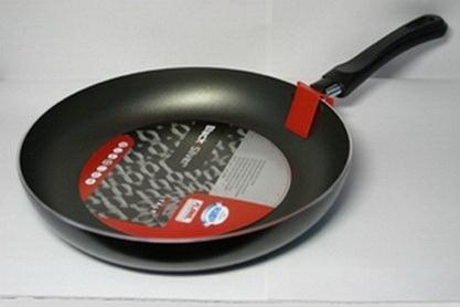 Сковорода тефлоновая Flonal Black & Silver, с антипригарным покрытием, диаметр 26 см. BS2261BS2261Сковорода тефлоновая Flonal Black & Silver изготовлена из 100% пищевого алюминия. Благодаря тефлоновому покрытию, не позволяет пище пригорать. Легко моется. Можно готовить с минимальным количеством жира. Быстрый нагрев сохраняет пищевую ценность продукта. Энергия используется рационально. Посуда подходит для использования на газовых, электрических и стеклокерамических плитах; ее можно мыть в посудомоечной машине. Характеристики: Материал: алюминий. Диаметр сковороды: 26 см. Высота стенки: 4,5 см. Длина ручки: 18 см. Диаметр дна: 19 см. Производитель: Италия. Размер упаковки: 44 см х 26 см х 4,5 см. Артикул: BS2261.
