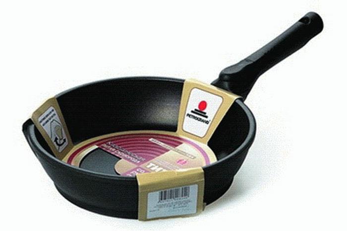 Сковорода литая Нева Металл Посуда Классическая с 4-х слойным антипригарным покрытием, со съемной ручкой, диаметр 28 см. 8028FS-91909Сковорода Классическая из серии литой алюминиевой посуды с полимер-керамическим антипригарным покрытием повышенной износостойкости ТИТАН. Вы можете пользоваться металлическими столовыми приборами, готовя в ней пищу. 4-слойная антипригарнвя полимер-керамическая система ТИТАН ПК обладает повышенной износостойкостью, достигаемой за счет особой структуры и специальной технологии нанесения. Это собственная запатентованная разработка компании, не имеющая аналогов в России. Прототип покрытия применялся при постройке космического корабля Буран и орбитальных спутников. В состав системы ТИТАН ПК входят антипригарные слои на водной основе. Система ТИТАН ПК традиционно производится БЕЗ использования PFOA (перфтороктановой кислоты). Равномерно нагревается за счет особой конструкции корпуса по принципу золотого сечения, толстых стенок (4-4,5 мм) и ещё более толстого дна (6-8 мм). Приготовленная еда получается особенно вкусной благодаря специфическим термоаккумулирующим свойствам литого алюминия. Корпус, отлитый вручную, практически не подвержен деформации даже при сильном нагреве. Для удобства съемная ручка.Подходит для газовых, электрических и стеклокерамических плит. Посуду можно мыть в посудомоечной машине. Не боится царапин!Гарантия 3 года. При соблюдении правил эксплуатации срок службы не ограничен. Характеристики:Материал: алюминий. Диаметр сковороды: 28 см. Высота стенки: 7 см. Длина ручки: 21,5 см. Диаметр дна: 22,2 см. Толщина стенок: 4 мм. Толщина дна: 6,3 мм. Производитель: Россия. Размер упаковки: 50 см х 29,5 см х 7 см. Артикул: 8028.