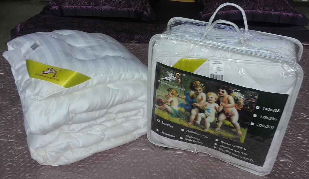 Одеяло SL, цвет: белый, наполнитель: бамбуковое волокно, 200 см х 220 см. 2000620006Чехол одеяла SL выполнен из сатина белого цвета и украшен фигурной стежкой, внутри - наполнитель из бамбукового волокна. Волокно бамбука специально разработано для людей, заботящихся о своем здоровье, отдающим предпочтение высококачественным инновационным продуктам. Этот наполнитель обладает антибактериальными свойствами, а аминокислоты, входящие в состав бамбука, оказывают благоприятное воздействие на кожу, улучшая ее энергетический баланс. Мягкое и легкое одеяло SL обеспечит вам здоровый и комфортный сон. Одеяло упаковано в прозрачную сумку-чехол на застежке-молнии. Характеристики: Материал чехла: сатин (100% хлопок). Плотность: 300 г/м2. Наполнитель: бамбуковое волокно. Размер одеяла: 200 см х 220 см. Цвет: белый. Артикул: 20006. Soft Line предлагает широкий ассортимент высококачественного домашнего текстиля разных направлений и стилей. Это и постельное белье из тканей различных фактур и орнаментов, а также мягкие теплые...