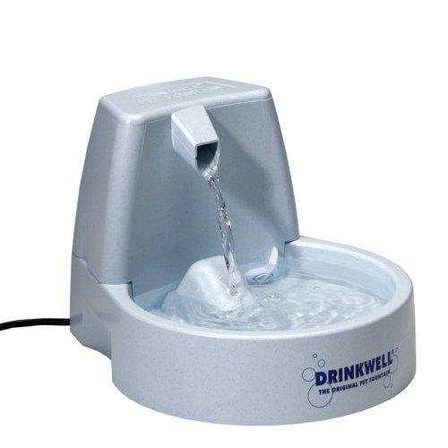 Автопоилка для животных Drinkwell Original, 1,5 лFCB-EU-45Автоматическая поилка Drinkwell Original для кошек и собак, выполненная из пластика, сохраняет питьевую воду свежей, фильтрует грязь и бактерии за счет циркуляции воды через фильтр. Исследования показывают, что один из лучших способов улучшить здоровье вашего питомца - сделать так, чтобы он больше пил. Свободно падающая струя воды привлечет внимание и обеспечит питомца чистой водой, обогащенной кислородом. Автопоилка работает от сети 220В. В комплект входит инструкция по сборке и эксплуатации.