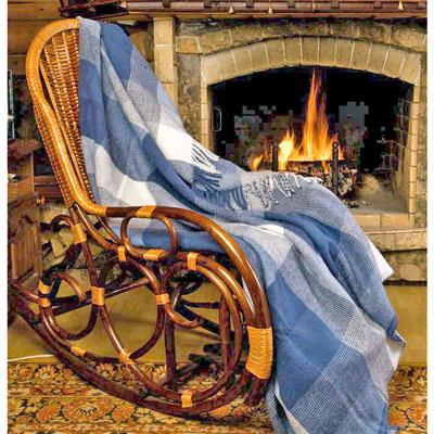 Плед шерстяной Северный бриз, 170 х 200 смПА-170-2001Приятный плед Северный бриз добавит комнате уюта и согреет в прохладные дни. Плед выполнен из натуральной шерсти альпаки. Удобный размер этого очаровательного пледа позволит использовать его и как одеяло, и как покрывало для кресла или софы. Такое теплое украшение может стать отличным подарком друзьям и близким! Альпака - редкое животное, обитающее, как и лама в Перу, на высокогорье Анд. По сей день шерсть этих животных называют божественное волокно. Живут альпаки на высоте 4000-5000 м в экстремальных климатических условиях. Там очень сильное солнечное излучение, дуют холодные ветра и наблюдаются резкие перепады температур от - 20 градусов в ночное время до + 15 - 18 градусов днем. Для выживания в таких условиях альпаки должны обладать особой шерстью: легкой, тонкой, мягкой и при этом настолько плотной, чтобы не пропускать воду. Изделия из шерсти альпаки обладают непревзойденным качеством. Во всем мире их относят к самым дорогим товарам. Для изготовления...