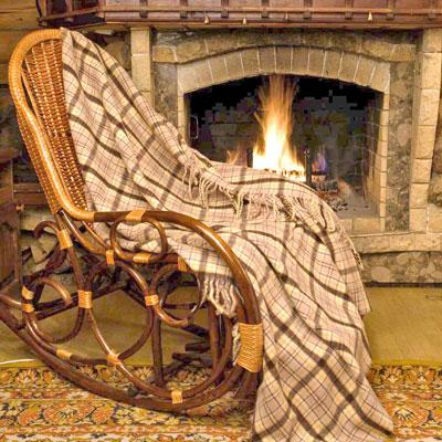 Плед шерстяной Фазенда, 170 х 210 смGC240/25Приятный плед Фазенда добавит комнате уюта и согреет в прохладные дни. Плед выполнен из натуральной шерсти альпаки. Удобный размер этого очаровательного пледа позволит использовать его и как одеяло, и как покрывало для кресла или софы. Такое теплое украшение может стать отличным подарком друзьям и близким!Альпака - редкое животное, обитающее, как и лама в Перу, на высокогорье Анд. По сей день шерсть этих животных называют божественное волокно. Живут альпаки на высоте 4000-5000 м в экстремальных климатических условиях. Там очень сильное солнечное излучение, дуют холодные ветра и наблюдаются резкие перепады температур от - 20 градусов в ночное время до + 15 - 18 градусов днем. Для выживания в таких условиях альпаки должны обладать особой шерстью: легкой, тонкой, мягкой и при этом настолько плотной, чтобы не пропускать воду. Изделия из шерсти альпаки обладают непревзойденным качеством. Во всем мире их относят к самым дорогим товарам. Для изготовления пледов шерсть альпаки смешивают с лучшей мериносовой (овечьей) шерстью. На изделиях из шерсти альпаки практически не образуются катышки, так как длинные волокна препятствуют сваливанию. Характеристики: Материал: 5% шерсть молодой альпаки, 55% шерсть альпаки, 40% овечья шерсть. Размер: 170 см х 210 см. Производитель: Перу. Артикул: ПА-170-2005.