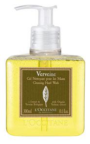 Очищающий гель для рук LOccitane Вербена, 300 мл264065Очищающий гель LOccitane Вербена мягко и эффективно очищает кожу рук, не вызывая ощущения сухости. Искрящийся аромат цитрусовой кожуры и удобный дозатор делают его незаменимым в Вашей ванной и на кухне. Характеристики: Объем: 300 мл. Производитель: Франция. Артикул: 153123. Loccitane (Л окситан) - натуральная косметика с юга Франции, основатель которой Оливье Боссан. Название Loccitane происходит от названия старинной провинции - Окситании. Это также подчеркивает идею кампании - сочетании традиций и компонентов из Средиземноморья в средствах по уходу за кожей и для дома. LOccitane использует для производства косметических средств натуральные продукты: лаванду, оливки, тростниковый сахар, мед, миндаль, экстракты винограда и белого чая, эфирные масла розы, апельсина, морская соль также идет в дело. Специалисты компании с особой тщательностью отбирают сырье. Учитывается множество факторов, от места и условий выращивания сырья до времени и...