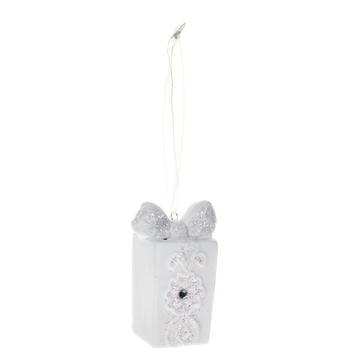 Новогоднее подвесное украшение Подарок, цвет: белый. 25933NLED-405-0.5W-MОригинальное новогоднее украшение выполнено из керамики в виде подарка, оформленного блестками и стразом. С помощью специальной петельки украшение можно повесить в любом понравившемся вам месте. Но, конечно, удачнее всего такая игрушка будет смотреться на праздничной елке.Новогодние украшения приносят в дом волшебство и ощущение праздника. Создайте в своем доме атмосферу веселья и радости, украшая всей семьей новогоднюю елку нарядными игрушками, которые будут из года в год накапливать теплоту воспоминаний. Коллекция декоративных украшений из серии Magic Time принесет в ваш дом ни с чем несравнимое ощущение волшебства! Характеристики:Материал: керамика, стразы, текстиль, блестки. Цвет: белый. Размер украшения: 4 см х 3 см х 7 см. Артикул: 25933.