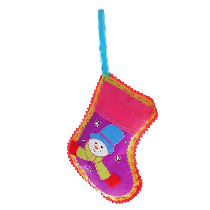 Новогоднее подвесное украшение Носок, цвет: красный. 2534125341Оригинальное новогоднее украшение «Носок» отлично подойдет для праздничного декора вашего дома и новогодней ели. Украшение выполнено из полиэстера в виде рождественского носка и оформлено изображением снеговика. С помощью специальной петельки украшение можно повесить в любом понравившемся вам месте. Но, конечно, удачнее всего такая игрушка будет смотреться на праздничной елке. Елочная игрушка - символ Нового года. Она несет в себе волшебство и красоту праздника. Создайте в своем доме атмосферу веселья и радости, украшая новогоднюю елку нарядными игрушками, которые будут из года в год накапливать теплоту воспоминаний. Коллекция декоративных украшений из серии Magic Time принесет в ваш дом ни с чем несравнимое ощущение волшебства! Характеристики: Материал: полиэстер. Цвет: красный. Размер игрушки: 13,5 см х 17 см. Артикул: 25341.