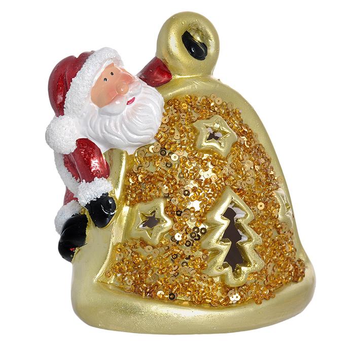 Новогоднее украшение Подарок, со светодиодной подсветкой, цвет: золотистый25833Новогоднее украшение «Подарок» прекрасно подойдет для праздничного декора дома. Изделие выполнено из керамики в виде колокольчика золотистого цвета, украшенного пайетками. На верху - фигурка Деда Мороза. Внутри находится электрическая лампочка, которая при включении начинает гореть разноцветными огнями. Благодаря отверстиям в стенках корпуса в виде звездочек свечение получается мягким и немного загадочным, что поможет создать атмосферу волшебства и праздника в вашем доме. Новогоднее декоративное украшение оформит интерьер вашего дома или офиса в преддверии Нового года. Оригинальный дизайн и красочное исполнение создадут праздничное настроение. Кроме того, это отличный вариант подарка для ваших близких и друзей. Работает от 2 батареек типа AG13 (входят в комплект). Переключатель находится на дне изделия. Характеристики: Материал: керамика, эмаль, пайетки. Цвет: золотистый. Размер украшения (ДхШхВ): 12 см х 8 см х 14 см. Размер упаковки: 13 см х 10...