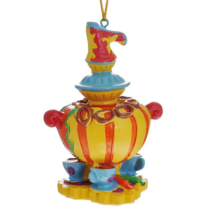 Новогоднее подвесное украшение Самовар. 3049130491Изящное новогоднее украшение Самовар выполнено из полирезины в виде самовара с чашками. С помощью специальной текстильной петельки украшение можно повесить в любом понравившемся вам месте. Но, конечно, удачнее всего такая игрушка будет смотреться на праздничной елке. Новогодние украшения приносят в дом волшебство и ощущение праздника. Создайте в своем доме атмосферу веселья и радости, украшая всей семьей новогоднюю елку нарядными игрушками, которые будут из года в год накапливать теплоту воспоминаний. Характеристики: Материал: полирезина. Размер украшения: 8 см х 5,5 см х 5 см. Артикул: 30491.