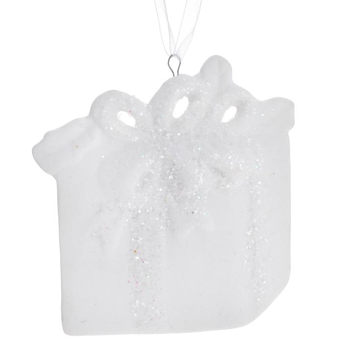 Новогоднее подвесное украшение. 3108331083Изящное новогоднее украшение в виде подарка выполнено из керамики белого цвета с блестками. С помощью специальной текстильной петельки украшение можно повесить в любом понравившемся вам месте. Но, конечно, удачнее всего такая игрушка будет смотреться на праздничной елке. Новогодние украшения приносят в дом волшебство и ощущение праздника. Создайте в своем доме атмосферу веселья и радости, украшая всей семьей новогоднюю елку нарядными игрушками, которые будут из года в год накапливать теплоту воспоминаний. Характеристики: Материал: керамика. Цвет: белый. Размер украшения: 7,5 см х 7 см х 0,5 см. Артикул: 31083.