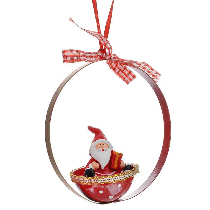 Новогоднее подвесное украшение Дед Мороз. 3106231062Изящное новогоднее украшение Дед Мороз выполнено из полирезины и черного металла в виде Деда Мороза в корзинке. С помощью специальной петельки украшение можно повесить в любом понравившемся вам месте. Но, конечно, удачнее всего такая игрушка будет смотреться на праздничной елке. Новогодние украшения приносят в дом волшебство и ощущение праздника. Создайте в своем доме атмосферу веселья и радости, украшая всей семьей новогоднюю елку нарядными игрушками, которые будут из года в год накапливать теплоту воспоминаний.