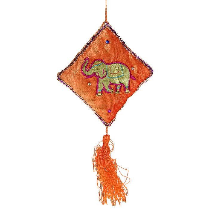 Новогоднее подвесное украшение Подушка. 1569415694Оригинальное новогоднее украшение выполнено из текстиля в виде подушки оранжевого цвета и декорировано изображением в виде слоника. Удачнее всего такая подушечка будет смотреться на праздничной елке. Новогодние украшения приносят в дом волшебство и ощущение праздника. Создайте в своем доме атмосферу веселья и радости, украшая всей семьей новогоднюю елку нарядными игрушками, которые будут из года в год накапливать теплоту воспоминаний. Коллекция декоративных украшений из серии Magic Time принесет в ваш дом ни с чем несравнимое ощущение волшебства! Характеристики: Материал: текстиль. Цвет: оранжевый. Размер украшения: 23 см х 13 см х 3 см. Артикул: 15694.