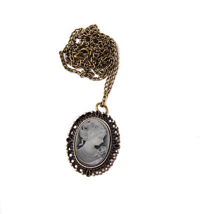 Часы-медальон Камея. Металл, часовой механизм, резьба по пластику. Конец XX векаGold-27Часы-медальон Камея. Металл, часовой механизм, резьба по пластику. Западная Европа, конец XX века. Длина цепочки 78 см. Размеры медальона 3,5 х 2,5 см. Сохранность хорошая. Оригинальные часы-медальон Камея - стильный аксессуар с элементом функциональности. Корпус цвета античного золота выполнен из металлического сплава в виде женского образа. Под камеей располагаются кварцевые часики с овальным циферблатом и тремя стрелками. Кулон-часы крепится на цепочку с карабиновой застежкой. Этот яркий и необычный аксессуар, несомненно, привлечет внимание и добавит вашему образу загадочности и индивидуальности.