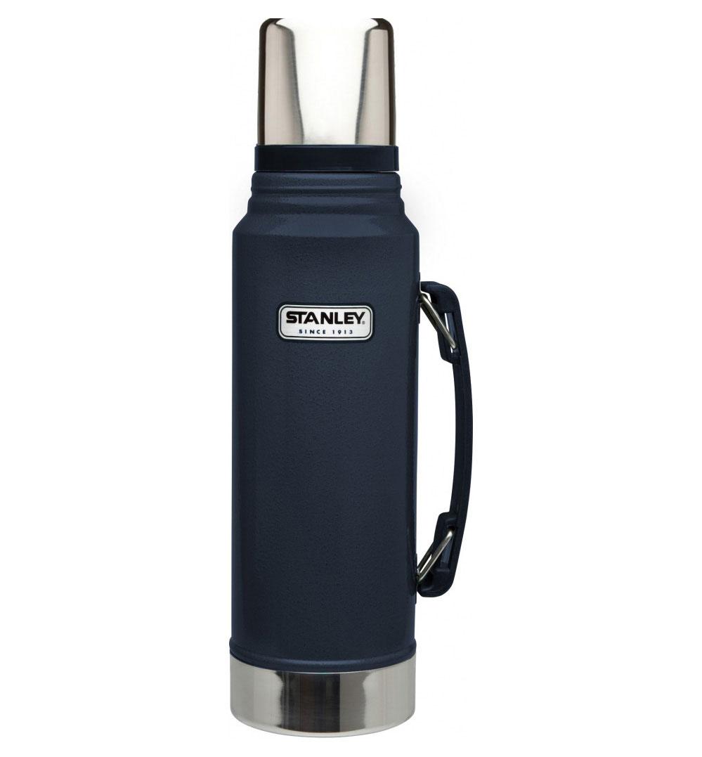 Термос Stanley Classic Vacuum Flask, с узким горлом, цвет: темно-синий, 1 лZ-9036 синийТермос Stanley Classic Vacuum Flask с узким горлышком прекрасно подойдет для транспортировки напитков или супов. Он будет незаменим во время путешествий, поездок на пикник или на дачу. Особенности термоса Stanley Classic Vacuum Flask:- наружное покрытие - абразивостойкая эмаль; - корпус и внутренняя колба выполнены из нержавеющей стали; - сохранение температуры за счет двойных стенок; - вакуумная изоляция; - герметичность; - крышка-термостакан объемом 236 мл; - слив через поворотную колбу; - прочная пластиковая ручка;Удержание тепла и холода 24 часа.Размер термоса: 9,5 см х 9,5 см х 35,5 см.Гарантийный срок 5 лет. Возврат товара возможен только через сервисный центр.