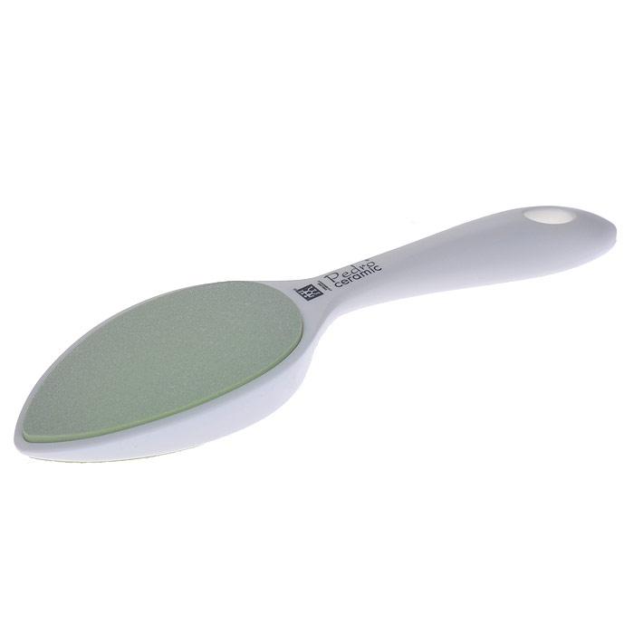 Zwilling Шлифовка для огрубевшей кожи, керамическая, цвет: белый. 78716-00178716-001Керамическая шлифовка для огрубевшей кожи Zwilling изготовлена из керамики и пластика. Предназначена для удаления мозолей и огрубевшей кожи на ступнях. Шлифовка имеет грубую и мелкую шероховатые керамические поверхности, которые долгое время остаются острыми и не представляют никакой опасности, даже для диабетиков. Уход: Инструмент предохранять от падения на пол. Использовать только по назначению! Хранить в недоступном для детей месте. Характеристики: Материал: керамика. Длина: 23 см. Размер упаковки (ДШВ): 25,5 см х 7 см х 3 см. Производитель: Германия. Артикул: 78716-001. Товар сертифицирован.