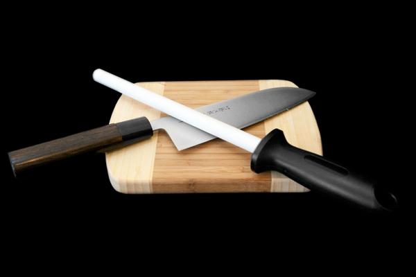 Мусат керамический Hatamoto, 20 смHS0843CМусат для ножей Hatamoto изготовлен из циркониевой керамики. У профессионалов мусат пользуется большим уважением и спросом. Опытные повара правят ножи по принципу нож об нож, выправляя завернувшуюся или притупившуюся режущую кромку одного ножа об одно из ребер другого. Мусат же является неким собранием таких ребер на одном прутке. Такой мусат Hatamoto будет долгожданным дополнением к любой кухне. Характеристики: Материал: керамика циркониевая, пластик. Размер прутка: 20 см х 1,5 см х 1,5 см. Размер ручки: 12 см х 3 см х 2,5 см. Размер упаковки: 38 см х 11,5 см х 3,5 см.