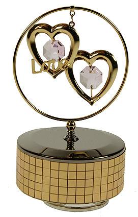 Фигурка декоративная Сердца на музыкальной подставке. 6759567595Декоративная фигурка выполнена в виде двух сердец, оформленных кристаллами Сваровски и объемной надписью Love. Фигурка будет вас радовать и достойно украсит интерьер вашего дома или офиса. Вы можете поставить украшение в любом месте, где оно будет удачно смотреться и радовать глаз. Кроме того, эта фигурка - отличный вариант подарка для ваших близких и друзей. Музыкальный механизм с ручным заводом. Характеристики: Материал: углеродная сталь, австрийские кристаллы. Размер фигурки: 12 см х 7 см х 7 см. Размер упаковки: 13,5 см х 8,5 см х 8,5 см. Цвет: золотистый, розовый. Производитель: Китай. Артикул: 67294. Более чем 30 лет назад компания Crystocraft выросла из ведущего производителя в перспективную торговую марку, которая задает тенденцию благодаря безупречному чувству красоты и стиля. Компания создает изящные, качественные, яркие сувениры, декорированные кристаллами Swarovski различных размеров и оттенков, сочетающие в...
