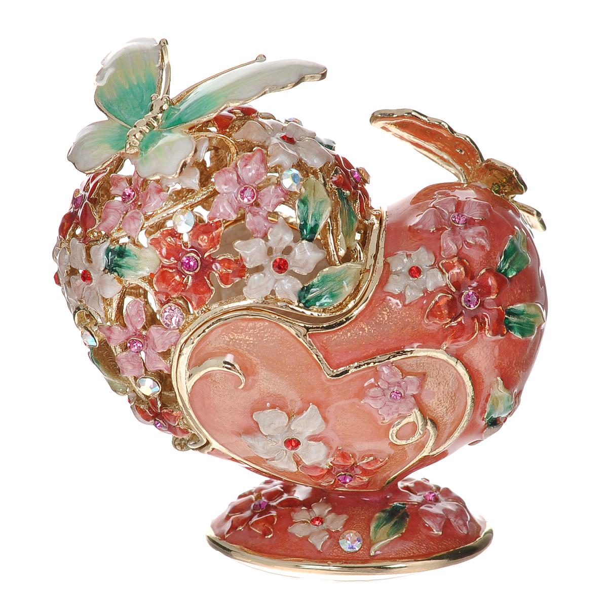 Шкатулка Сердце, цвет: розовый, 6 х 3,5 х 6,5 см 64122UP210DFШкатулка Сердце изготовлена из металла, покрытого эмалью розового цвета. Крышка оформлена перфорацией в виде разноцветных цветов, украшенных стразами. На магниты крепятся фигурки бабочек зеленого цвета. Закрывается крышка также на магнит. Изящная шкатулка прекрасно подойдет для хранения колец. Такая оригинальная изысканная шкатулка, несомненно, понравится всем любительницам необычных вещиц. Шкатулка упакована в подарочную коробку золотистого цвета, задрапированную бежевой атласной тканью. Характеристики:Материал: металл (сплав олова), стекло. Цвет: розовый. Размер шкатулки (ДхШхВ): 6 см х 3,5 см х 6,5 см. Размер упаковки: 9,5 см х 9 см х 10 см. Артикул: 64122.
