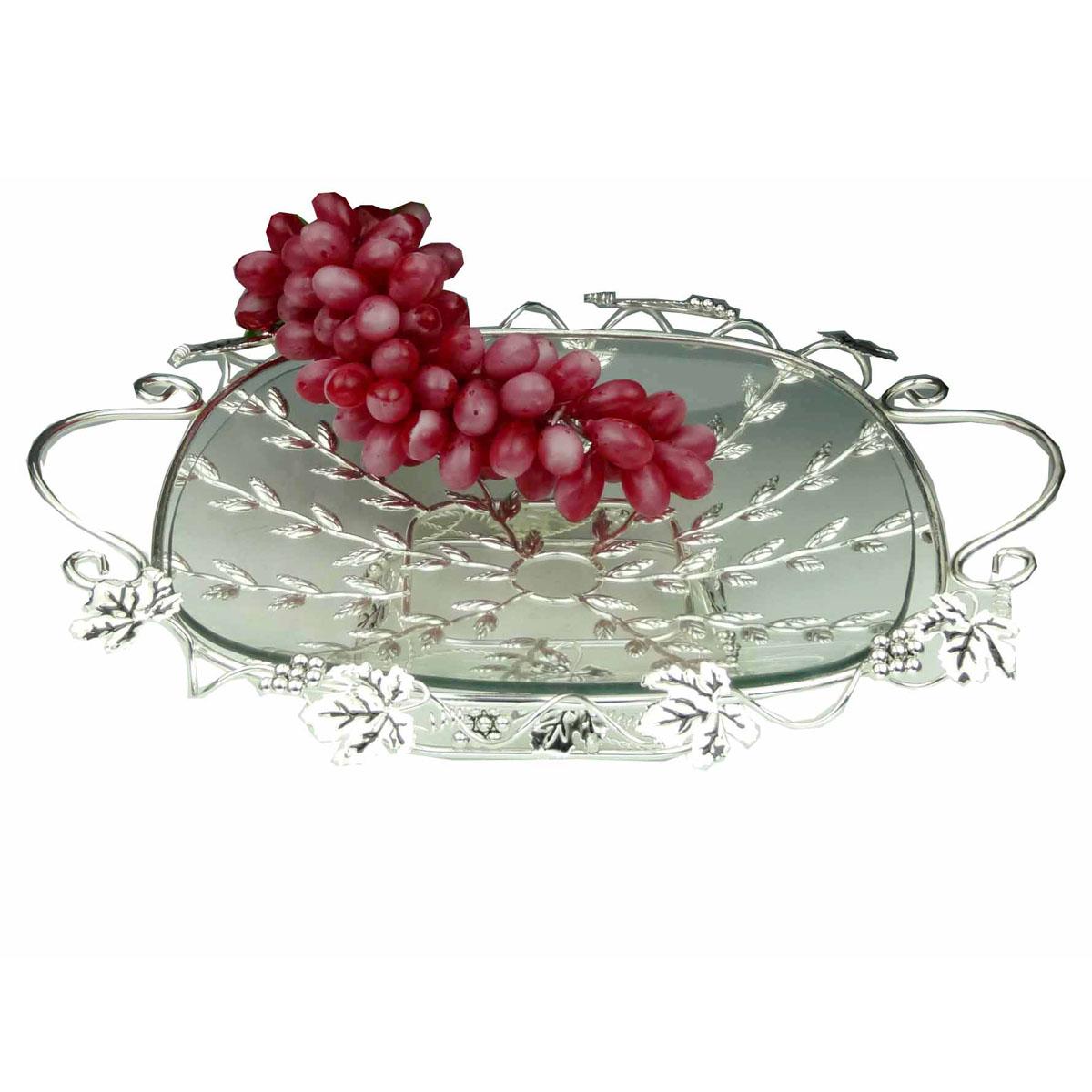 Ваза универсальная Marquis, 35 х 35 см7014-MRУниверсальная ваза Marquis выполнена из стали с серебряно-никелевым покрытием и снабжена съемным поддоном из прочного стекла. Стальная ножка обеспечивает устойчивость вазы. Ваза выполнена в виде плетеной стальной решетки, украшенной листьями и гроздьями винограда. По бокам имеются удобные ручки. Посуда может использоваться как фруктовница. Выполненная под старину, такая ваза придется по вкусу и ценителям классики, и тем, кто предпочитает утонченность и изысканность. Сервировка праздничного стола вазой Marquis станет великолепным украшением любого торжества. Характеристики: Материал: сталь, серебряно-никелевое покрытие, стекло. Диаметр вазы: 35 см х 35 см. Ширина вазы с учетом ручек: 43 см. Высота вазы: 9 см. Размер упаковки: 43 см x 38 см x 10 см. Артикул: 7014-MR.