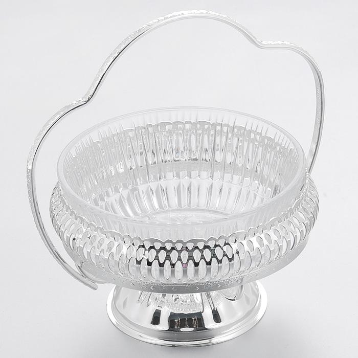 Ваза для сервировки Queen Anne, диаметр 12,5 смАн 0/6348NSВеликолепная ваза Queen Anne выполнена из стекла и установлена на подставку из стали с серебрением. Подставка оформлена декоративной перфорацией и оснащена фигурной ручкой. Такая ваза придется по вкусу и ценителям классики, и тем, кто предпочитает утонченность и изысканность. Ваза Queen Anne украсит ваш стол и подчеркнет прекрасный вкус хозяина, а также станет отличным подарком. Изделие покрыто устойчивым от потускнения лаком. Изредка мойте в мыльной воде. Не применять средства для чистки серебра - это уничтожит лаковое покрытие. Характеристики: Материал: стекло, сталь. Диаметр вазы: 12,5 см. Высота вазы: 7,5 см. Высота вазы с учетом ручки: 15 см. Размер упаковки: 12,5 см х 12,5 см х 16 см. Изготовитель: Великобритания. Артикул: Ан 0/6348NS.