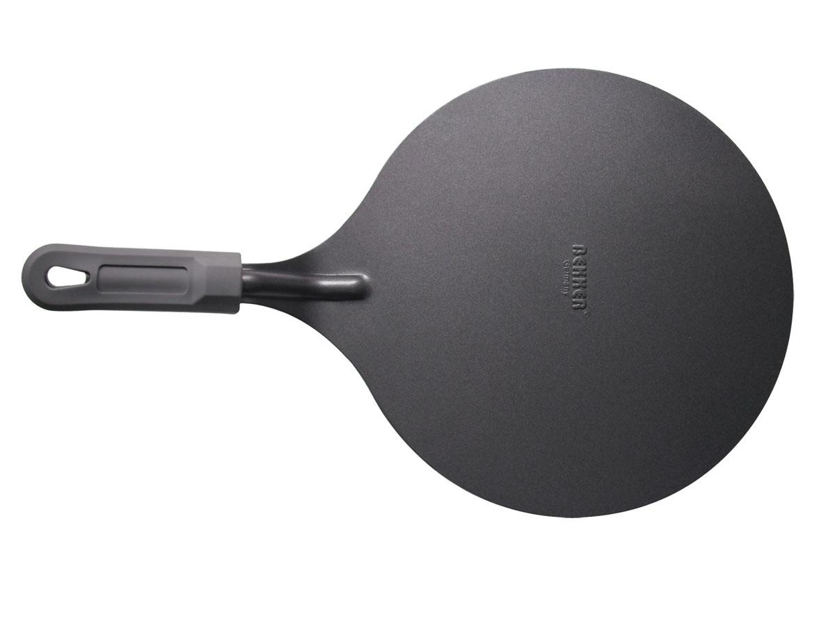 Лопатка для снятия пирога Bekker с антипригарным покрытием, диаметр 25,5 см115510Лопатка для снятия пирога Bekker изготовлена из высококачественной углеродистой стали с антипригарным покрытием Goldflon. Благодаря специальной форме такой лопаткой очень легко снять пирог с формы и переложить его в сервировочную тарелку. Удобная ручка с силиконовым покрытием обеспечивает безопасность во время использования и надежный хват. Можно мыть в посудомоечной машине. Рекомендации по уходу: - используйте для мытья горячую воду и жидкие моющие средства, избегайте абразивных средств, жестких губок и скребков.Характеристики: Материал: углеродистая сталь, силикон. Цвет: серый. Диаметр: 25,5 см. Толщина стенки: 1,2 мм. Длина ручки: 12 см. Артикул: BK-3209.