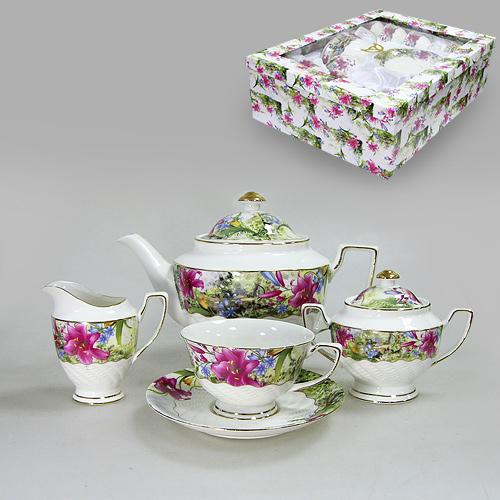 Набор чайный Цветущая лилия, 15 предметов543-071Чайный набор Цветущая лилия состоит из сахарницы, молочника, 6 блюдец, 6 чашек и чайника. Предметы набора изготовлены из высококачественного фарфора и оформленны золотистой каймой и изображением ярких цветов лилии. Такой чайный набор не оставит равнодушной не одну хозяйку или станет прекрасным подарком. Чайный набор Цветущая лилия упакован в подарочную коробку, задрапированную белой атласной тканью. Характеристики: Материал: фарфор. Высота сахарницы (с крышкой): 11 см. Объем сахарницы: 200 мл. Размер молочника: 11 см х 7 см х 10 см. Размер чайника (с ручкой, носиком и крышкой): 26,5 см х 15,5 см 17 см. Объем чайника: 1250 мл. Диаметр блюдца: 15,5 см. Диаметр кружки по верхнему краю: 10,5 см. Диаметр основания кружки: 5 см. Высота кружки: 6,5 см. Размер упаковки: 49 см х 37 см х 15,5 см. Изготовитель: Китай. Артикул: ...