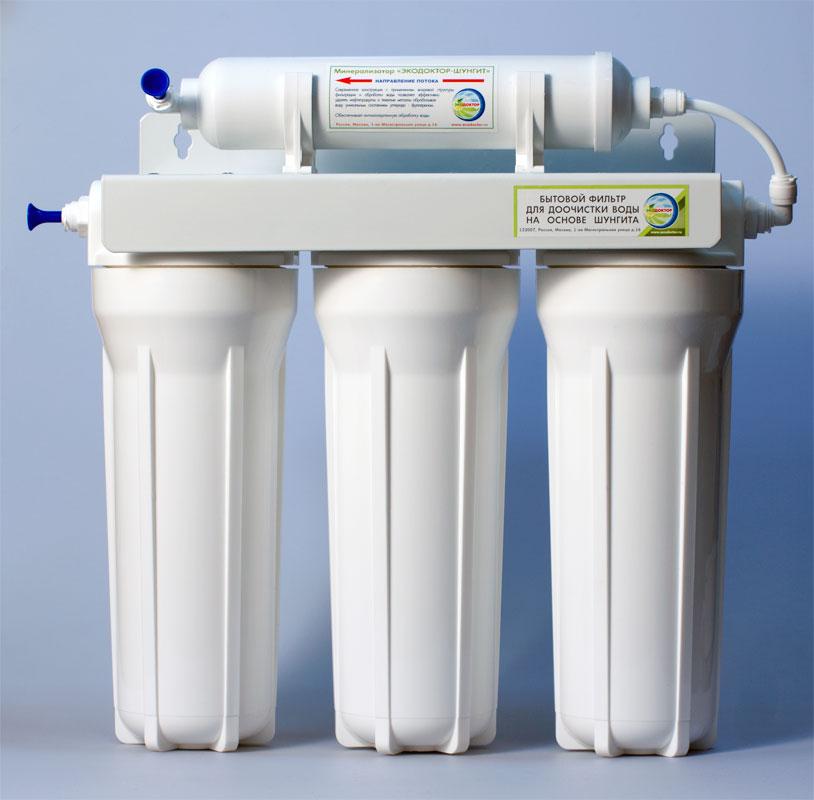 Фильтр для воды ЭкоДоктор Эконом-3240801Фильтр для воды ЭкоДоктор Эконом-3 - система очистки воды под кухонную мойку. Устраняет механические загрязнения (ржавчину, песок, примеси), органические загрязнения, хлор, умягчает воду, заменяя ионы кальция и магния на ионы натрия, улучшает вкус и удаляет запах воды. В зависимости от вида загрязнений возможно использование комбинаций механических, специализированных и угольных картриджей. Система проточная, поэтому очищенная вода сразу же выводится на дополнительный кран, входящий в комплект фильтра. Напор очищенной воды не требует накопительных емкостей, что значительно сэкономит место под раковиной. Фильтр оснащен фильтрующим шунгитовым элементом. В комплект входят соединительные элементы, краник и ключ. Колбы матовые из высококачественного полипропилена, произведены в России. Характеристики: Размер корпусов: 10 Slim Line. Тип подсоединения: John Guest. Температура воды на входе: от 1°С до 40°С. ...