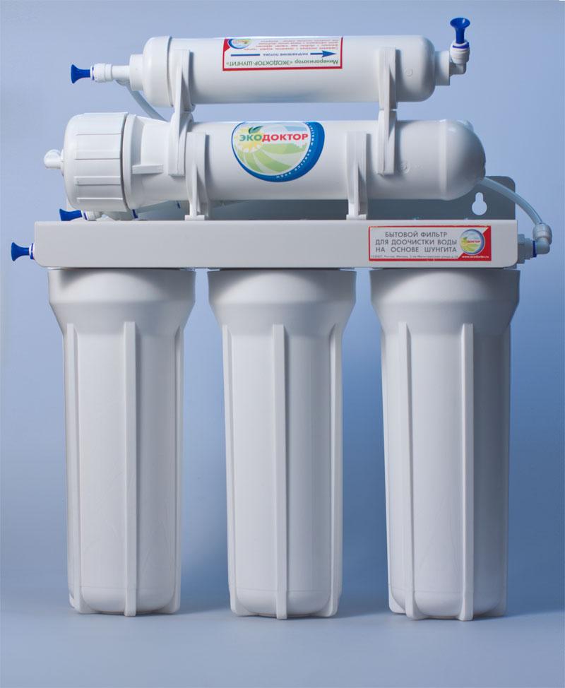 Система обратного осмоса ЭкоДоктор Эконом-5350801Система обратного осмоса Экодоктор Эконом 5 - классическая пятиступенчатая система, состоящая из трех ступеней предварительной очистки, мембраны обратного осмоса минерализатора с шунгитом, который ускоряет дезактивацию и разрушение содержащихся в воде вредных для организма человека органических соединений (фенолов, смол, кислот, спиртов, гуминовых веществ, газов и др.). Шунгитовая вода характеризуется высокой чистотой, богатым минеральным составом, необычной молекулярной структурой, оказывает оздоравливающее и омолаживающее действие на все системы человеческого организма. Фильтр устраняет нерастворенные в воде загрязнения механического типа такие как: ржавчина, песок и т.п. Удаляет до 96-99% органических примесей, хлора, бактерий и вирусов содержащихся в воде. Под действием давления на поверхности мембраны происходит разделение потока воды, при этом все нежелательные примеси попадают в канализацию. Очищенная вода хранится в баке под давлением, откуда...