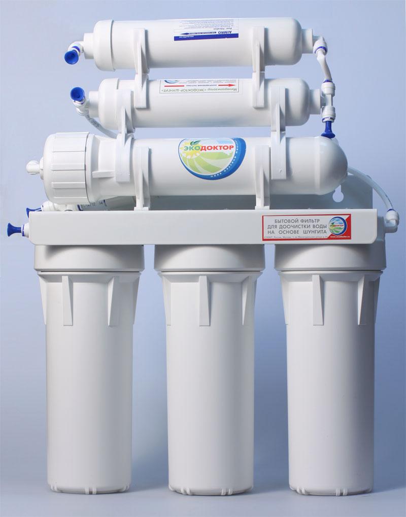 Система обратного осмоса ЭкоДоктор Эконом-6360801Система обратного осмоса Экодоктор Эконом 6 - шестиступенчатая система с минерализатором, состоящая из трех ступеней предварительной очистки, мембраны обратного осмоса, минерализатора с шунгитом и минерализатора который обогащает воду необходимыми человеческому организму минералами и микроэлементами. Система устраняет нерастворенные в воде загрязнения механического типа, такие как: ржавчина, песок и т.п. Мембрана осмотическая удаляет до 96-99% органических примесей, хлора, бактерий и вирусов содержащихся в воде. Минерализатор с шунгитом ускоряет дезактивацию и разрушение содержащихся в воде вредных для организма человека органических соединений (фенолов, смол, кислот, спиртов, гуминовых веществ, газов и др.). Шунгитовая вода характеризуется высокой чистотой, богатым минеральным составом, необычной молекулярной структурой, оказывает оздоравливающее и омолаживающее действие на все системы человеческого организма. Под действием давления на поверхности мембраны происходит разделение...