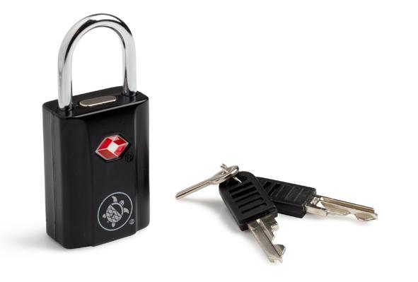 Замок навесной PacSafe Prosafe 650, цвет: черный22-0570 SНавесной замок PacSafe Prosafe 650 служит для защиты багажа. Он имеет малые габариты, благодаря чему его можно крепить на любые типы молний. Прочный пластиковый корпус и дужка из металла обеспечивают долговечность. Дизайн замка подойдет к любому багажу.Имеет личину под специальный ключ, который находится у таможни и службы безопасности. Благодаря такой личине, при досмотре ваш багаж аккуратно вскрывают, а не взламывают.Поставляется с двумя комплектами ключей. Характеристики:Материал:цинк, пластик, металл. Размер замка:3,5 см x 2,5 см x 1,6 см. Длина дужки:2,2 см. Размер упаковки:15,5 см x 11 см x 2 см.