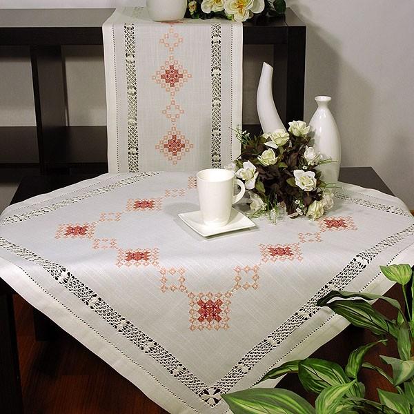 Скатерть Schaefer квадратная, с вышивкой, цвет: белый, 85 x 85 см6610/248-85*85Квадратная скатерть Schaefer выполнена из полиэстера белого цвета с вышивкой в старинном стиле, а по всему периметру проложена изысканная мережка. Изделия из полиэстера легко стирать: они не мнутся, не садятся и быстро сохнут, они более долговечны, чем изделия из натуральных волокон. Использование такой скатерти сделает застолье более торжественным, поднимет настроение гостей и приятно удивит их вашим изысканным вкусом. Также вы можете использовать эту скатерть для повседневной трапезы, превратив каждый прием пищи в волшебный праздник и веселье.