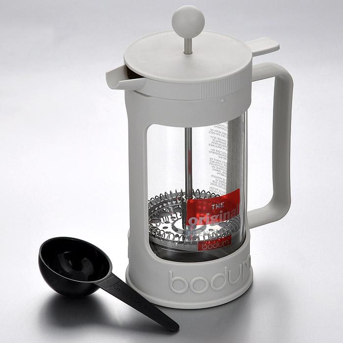 Кофейник Bodum Bean с прессом, цвет: белый, 0,35 л. 11375-91311375-913Кофейник Bodum Bean изготовлен из боросиликатного стекла и белой пластиковой оправы, которая эффективно защищает стекло. Кофейник оснащен фильтром french press из нержавеющей стали. Содержимое кофейника невозможно пролить, даже если его опрокинуть, так как кофейник снабжен силиконовой прокладкой между крышкой и стеклом. Налить кофе в чашку можно, нажав рычаг на кофейнике. В комплект входит черная мерная ложечка из пластика. Современный дизайн полностью соответствует последним модным тенденциям в создании предметов бытовой техники. Настоящим ценителям натурального кофе широко известны основные и наиболее часто применяемые способы его приготовления: эспрессо, по-турецки, гейзерный. Однако существует принципиально иной способ, известный как french press, благодаря которому приготовление ароматного напитка стало гораздо проще. Характеристики: Материал: стекло, пластик, силикон, нержавеющая сталь. Объем кофейника: 0,35 л. Высота...