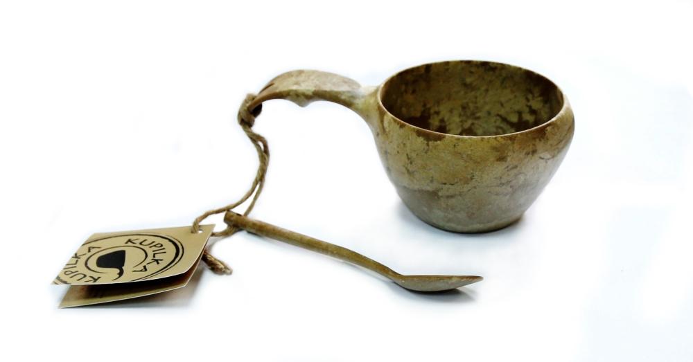 Набор: чашка+чайная ложка Kupilka, цвет: коричневый, объем чашки 210 млKUP2101Любителям походной кухни придется по душе чашка+чайная ложка Kupilka с удобным шнурком из оленьей кожи. Шнурок позволяет прикрепить кружку к рюкзаку и она окажется под рукой, если в походе вам захочется горячего чая. Чашка и чайная ложка Kupilka изготовлены из биоматериала. Этот материал представляет собой термопластичный природный волокнистый композит, который состоит из 50% древесины (сосновое волокно) и 50% пластика. Эта посуда не требует большого ухода и не впитывает запахи, не чувствителен к влажности, ее можно мыть в посудомоечной машине. Продукция Kupilka обладает высокой прочностью и отлично подходит для походных условий (достаточно промыть ее теплой водой). Данная продукция позволит вам пообедать на воздухе, или просто украсит вашу кухню. Кроме того эта посуда так же пригодна для вторичной переработки. В конце ее срока службы, продукт может быть измельчен и отлит заново. Рекомендуемая температура для использования от -30 °C до +100 °C.
