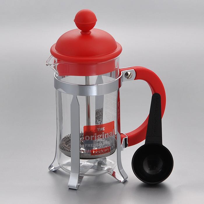 Кофейник Bodum Caffettiera с прессом, с ложечкой, цвет: красный, 0,35 лCM000001328Кофейник Bodum Caffettiera представляет собой колбу из термостойкого стекла в оправе из полированной нержавеющей стали. Кофейник оснащен фильтром french press из нержавеющей стали, который позволяет легко и просто приготовить отличный напиток. Ручка и крышка кофейника выполнены из прочного пластика красного цвета. В комплекте небольшая мерная ложечка из черного пластика. Благодаря такому кофейнику приготовление вкуснейшего ароматного и крепкого кофе займет всего пару минут.Настоящим ценителям натурального кофе широко известны основные и наиболее часто применяемые способы его приготовления: эспрессо, по-турецки, гейзерный. Однако существует принципиально иной способ, известный как french press, благодаря которому приготовление ароматного напитка стало гораздо проще. Весь процесс приготовления кофе займет не более 7 минут. Характеристики:Материал: нержавеющая сталь, пластик, стекло. Цвет: красный. Объем: 0,35 л. Диаметр кофейника по верхнему краю: 7 см. Высота стенки кофейника: 14 см. Длина ложечки: 10 см. Размер упаковки: 13 см х 8 см х 19 см. Артикул: 1913-294.
