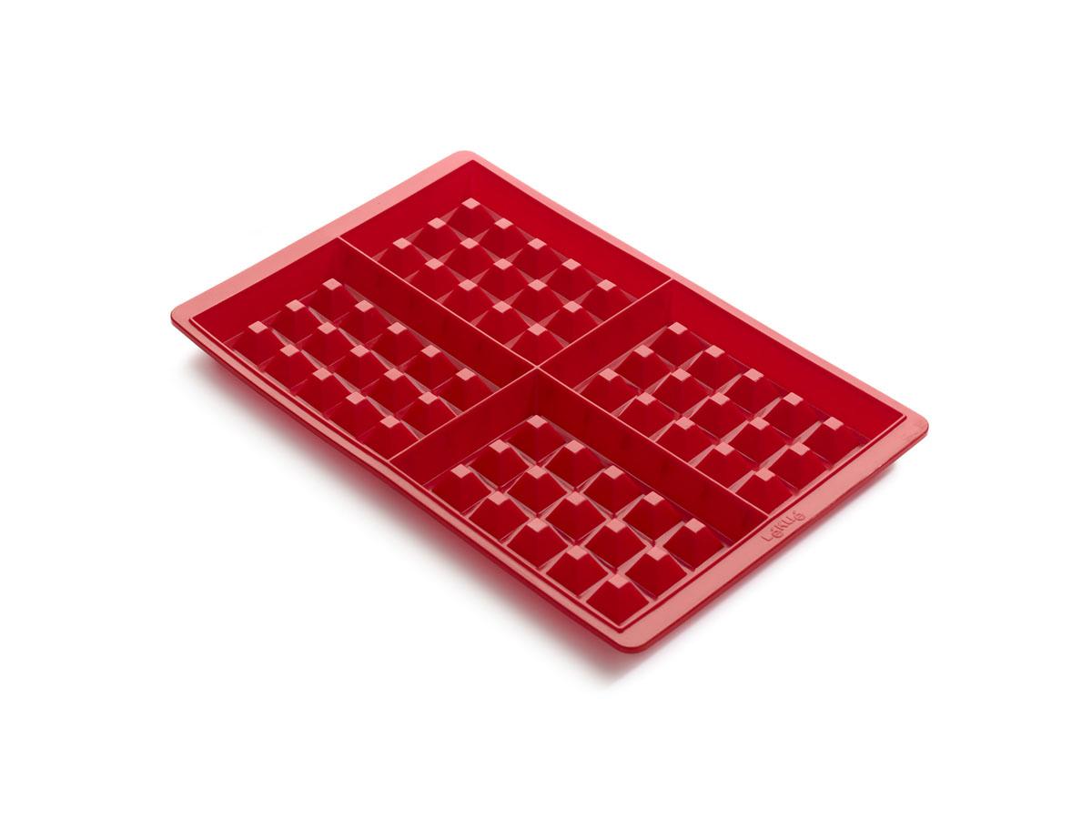 Набор форм для выпечки Lekue Вафли, 2 шт. 0215000R01M0170215000R01M017Набор Lekue Вафли состоит из 2 прямоугольных форм для выпечки венских вафель, каждая из которых имеет 4 секции. Формы выполнены из силикона красного цвета. С помощью таких форм любой день можно превратить в праздник и порадовать детей. Силиконовые формы выдерживают высокие и низкие температуры (от -40°С до +220°С). Они эластичны, износостойки, легко моются, не горят и не тлеют, не впитывают запахи, не оставляют пятен. Силикон абсолютно безвреден для здоровья. Не используйте моющие средства, содержащие абразивы. Можно мыть в посудомоечной машине. Подходит для использования во всех типах печей. Характеристики: Материал: силикон. Цвет: красный. Размер формы: 28 см х 19 см х 2 см. Размер секции: 13 см х 9 см х 2 см. Комплектация: 2 шт + книга с рецептами без глютена.