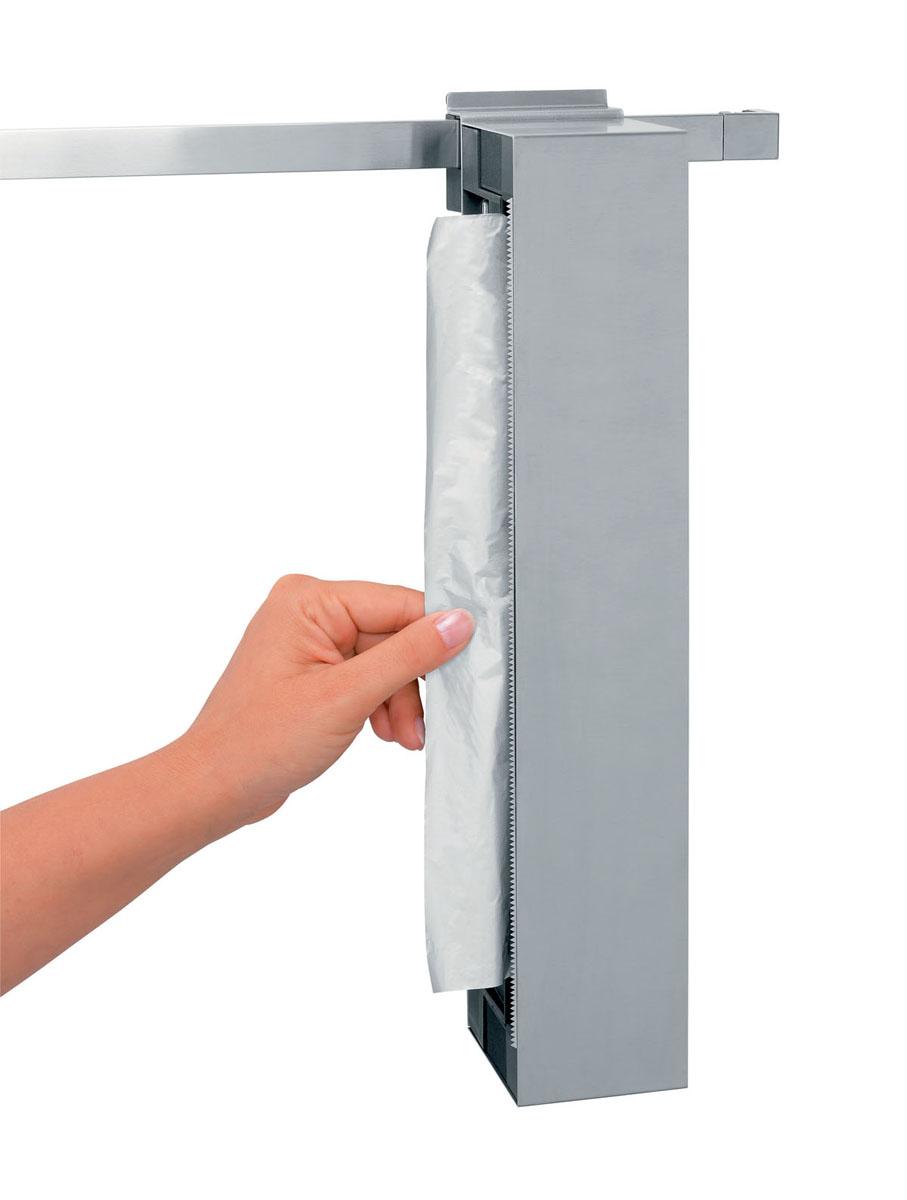 Держатель для пленки и фольги Brabantia, навесной460128Держатель Brabantia поможет с легкостью отмерить нужное количество пленки или фольги. Его можно повесить вертикально на рейлинге или прикрепить к стене в горизонтальном или вертикальном положении. Легко впишется в современный и классический интерьер благодаря стильному классическому дизайну. Особенности: Держатель можно установить так, чтобы вытащить фольгу/пленку с левой или правой стороны. Зубчатый край из нержавеющей стали легко отрежет кусок фольги или пленки необходимой длины без смятия. Подходит для большинства популярных размеров рулона (максимальная длина 305 х 35 мм).