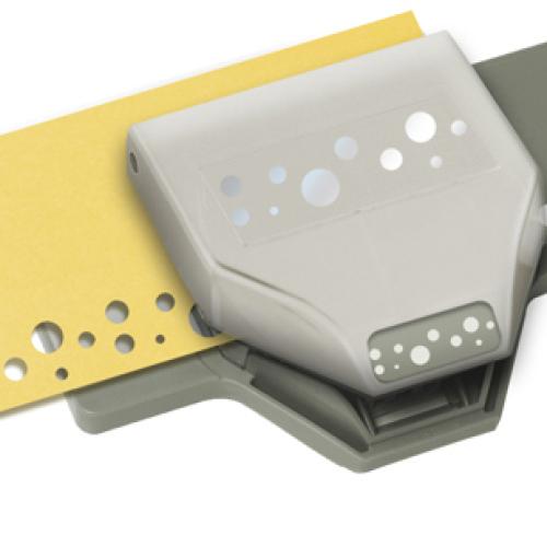 Фигурный дырокол EK Tools Швейцарский сыр. EKS-54-40114EKS-54-40114Фигурный дырокол для края Швейцарский сыр используется для создания оригинальных открыток, оформления подарков, в бумажном творчестве. Прекрасный подарок для ребенка. Порядок работы: вставьте лист в дырокол и надавите рычаг, сдвиньте дырокол вдоль листа до совпадения вырубки с рисунком и надавите на рычаг снова. Дыроколом можно сделать два типа фигурок - сплошную и ажурную, для переключения режима имеется специальная кнопка. Характеристики: Материал: пластик, металл. Общий размер дырокола: 13,5 см х 7 см х 3 см. Размер вырубаемой части: 2,5 см; 3,5 см; 5 см. Плотность бумаги: 120-160 г/м2 (не более 2 листов одновременно). Производитель: США. Рекомендуемый возраст: от 3 лет.