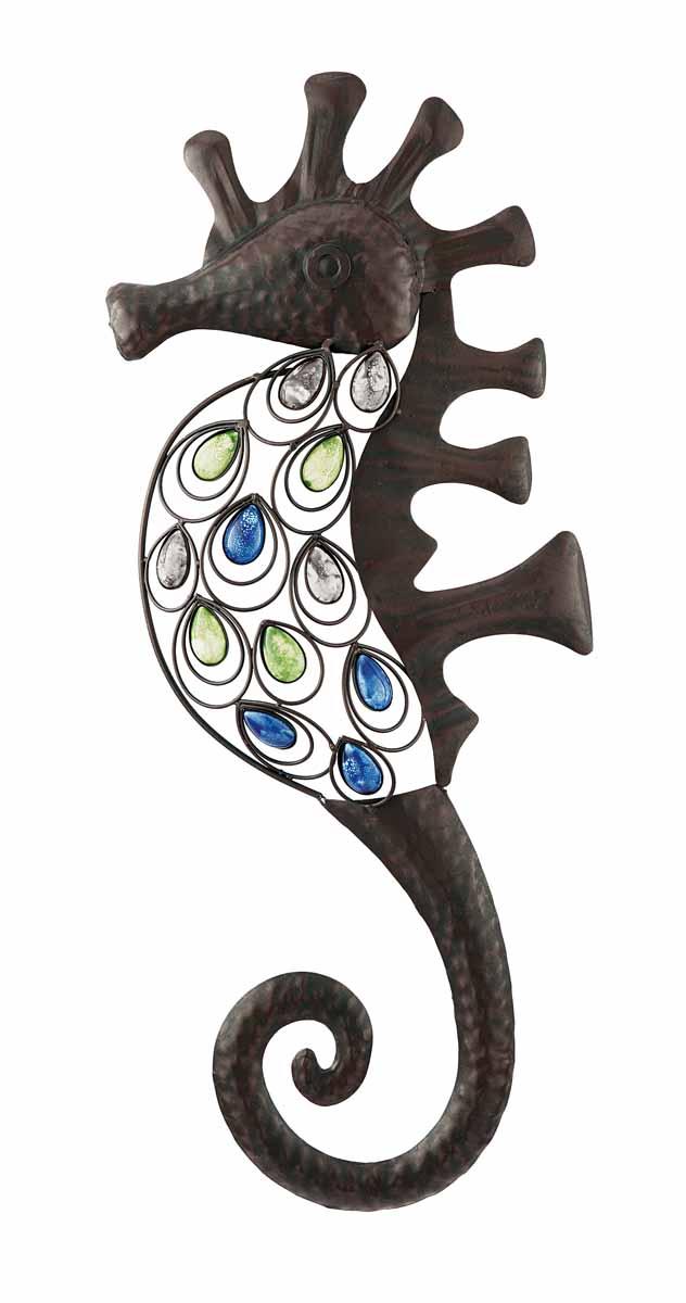 Декор настенный Gardman Морской конек, 25 х 62 см 1738017380Настенный декор Gardman Морской конек изготовлен из металла коричневого цвета. Изделие выполнено в виде морского конька, украшенного перфорацией и разноцветными бусинами. Добавьте немного морской романтики в интерьер вашего дома. Такой морской конек прекрасно подойдет для украшения как дома, так и сада. С задней стороны расположено отверстие для подвешивания на стену.