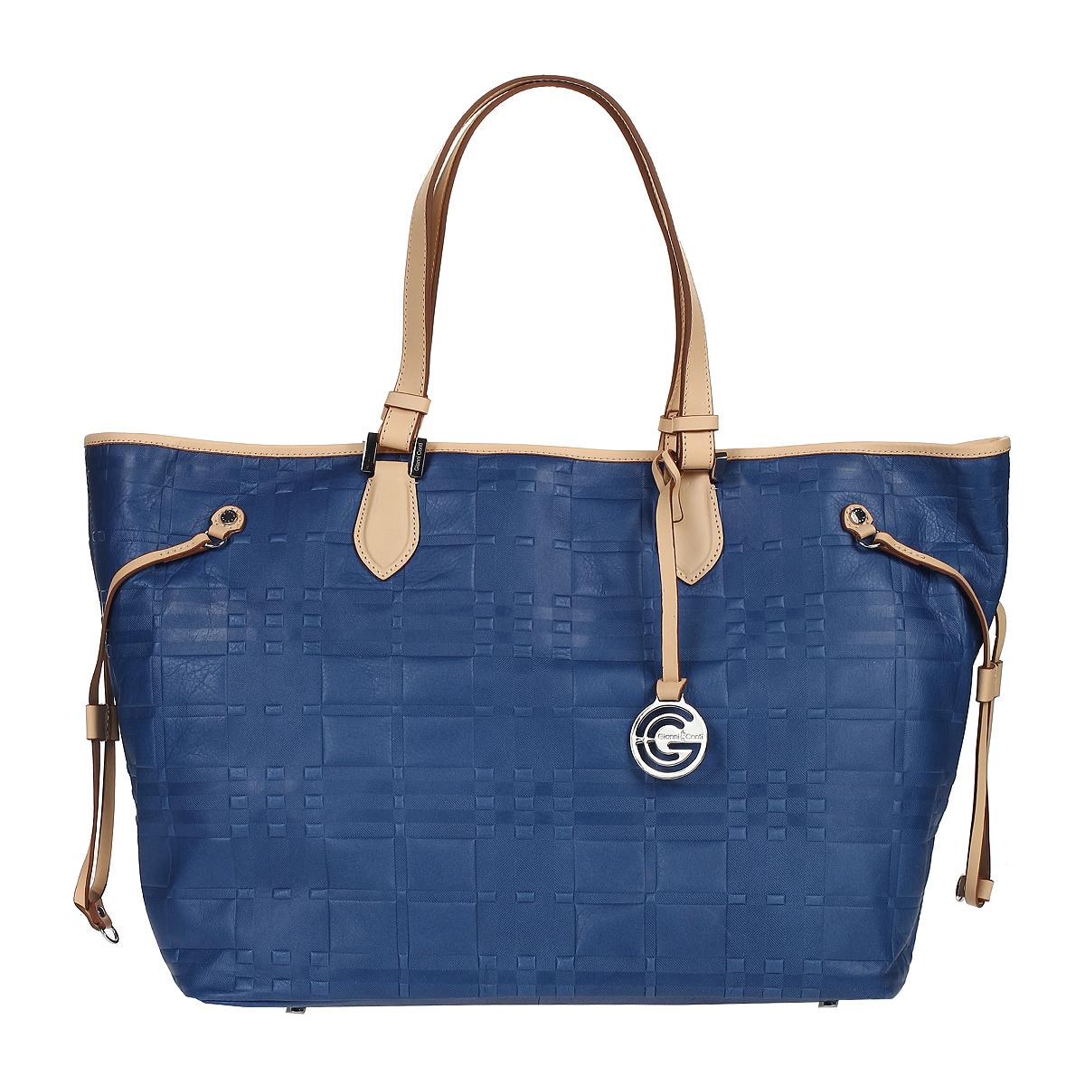 Сумка женская Gianni Conti, цвет: синий, бежевый. 1636896E blue sand3-47670-00504Стильная женская сумка Gianni Conti выполнена из натуральной кожи синего и бежевого цвета с оригинальным тиснением. Сумка имеет одно отделение, закрывающееся на застежку карабин. Внутри расположен вшитый карман на молнии, два кармашка для мелочей и один кармашек для пишущих принадлежностей. На дне сумки расположены ножки для лучшей устойчивости. Сумка оснащена удобными ручками и украшена подвеской с символикой бренда. Фурнитура - серебристого цвета. В комплекте имеется чехол для хранения.Сумка - это стильный аксессуар, который подчеркнет вашу индивидуальность и сделает ваш образ завершенным. Характеристики:Материал: натуральная кожа, металл. Цвет: синий, бежевый. Размер сумки: 55 см х 33 см х 19 см. Высота ручек: 26 см.