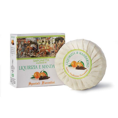 Derbe Мыло Лакрица и мандарин, 100 г3078Мыло со свежим и восхитительно манящим ароматом. Превосходно очищает кожу, оставляя ощущение свежести и легкости, оказывает антисептическое и смягчающее действие. Нежное облако, окутывая неповторимыми гранями роскошного аромата, превращает обладательницу в настоящую королеву. Аромат мандарина помогает преодолеть хандру от плохой погоды. Укрепляя кожу, стимулирует процессы регенерации. Способствует восстановлению сухой, дегидратированной кожи, оказывая интенсивное увлажняющее действие. Делает кожу гладкой и мягкой. Назначение: мыло для ежедневного ухода за кожей тела.Эффекты: превосходно смягчает и успокаивает, повышая тонус и упругость кожи. Укрепляя кожу, стимулирует процессы регенерации. Способствует восстановлению сухой, дегидратированной кожи, оказывая интенсивное увлажняющее действие. Делает кожу гладкой и мягкой, сияющей изнутри. Экстракт кожуры мандарина великолепно тонизирует и укрепляет кожу, окружая облаком тонкого, теплого и сладкого аромата. Повышает сопротивляемость кожи внешним раздражителям, стимулируя местный иммунитет. Побуждает к духовному творчеству и общению.Экстракт лакрицы (солодки) содержит глицерризиновую кислоту, благодаря чему устраняет проявления раздражения кожи. Кроме противовоспалительного действия, экстракт солодки обладает смягчающими, увлажняющими и регенерирующими свойствами, способствует повышению упругости и эластичности кожи. Масло карите является великолепным защитным и смягчающим компонентом. Не омыляемые жиры, входящие в состав масла карите, стимулируют процессы регенерации и синтез коллагена. При нанесении масла карите на кожу, увлажняющее действие достигает максимального значения через час и сохраняется долгое время. Великолепно защищает кожу от внешнего негативного воздействия факторов внешней среды. Прекрасно впитывается в кожу и оставляет приятное ощущение гладкости и мягкости. Кунжутное масло содержит полезнейшие жирные кислоты: полиненасыщенную линолевую (Омега-6) (40-46%) и монон