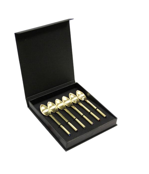 Набор чайных ложек Herdmar Desire Old Gold SW Multicolor, 6 шт115610Набор Herdmar Desire Old Gold SW Multicolor состоит из 6 чайных ложек, выполненных из стали. Изысканный набор, украшенный позолотой и разноцветными кристаллами, не оставит равнодушным ни одного ценителя прекрасного!Традиции португальской фирмы Herdmar относятся ко временам почти вековой давности. Начиная с 1911 года, основателем компании является Мануэль Маркес, и вот уже третье поколение его семьи руководит компанией.Столовые приборы фирмы Herdmar популярны во всем мире не только благодаря дизайну и функциональности, но и высочайшему качеству. Самое яркое впечатление от работ Herdmar это - ощущение целостности, уравновешенности, гармонии его произведений и совершенства их форм.Хромоникелевые сплавы (18% хрома и 10% никеля), применяемые фирмой Herdmar, используются для производства приборов с гарантией их длительной эксплуатации, а также с антикоррозийными свойствами. Весь процесс производства столовых приборов, начиная с выбора сырья и заканчивая упаковкой, подвержен строгому контролю, который включает в себя как электронный контроль, обеспечивающий точность форм, размеров, качество обработки поверхности, так и визуальный. Каждый прибор обязательно имеет фирменное клеймо, являющееся гарантией качества.Изделия Herdmar не требуют особой осторожности при эксплуатации и их можно мыть в профессиональных посудомоечных машинах. Значительное внимание в своей деятельности компания уделяет маркетинговым исследованиям, привлекаются лучшие специалисты для разработки новых технологий, форм и дизайна приборов.