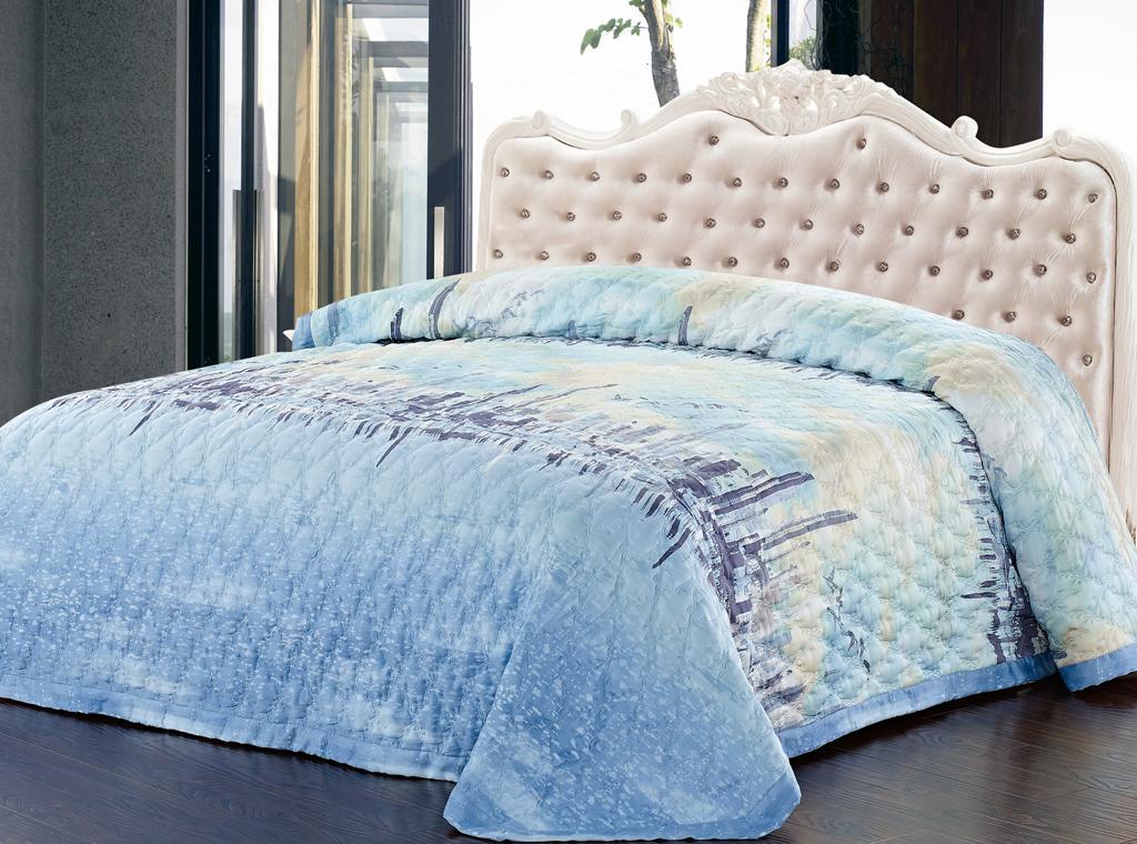 Покрывало стеганое SL, цвет: голубой, 220 х 240 см 0937009370Роскошное покрывало SL, украшенное фигурной стежкой, выполнено из модала и оформлено красочным рисунком. Покрывало согреет в прохладную погоду и превосходно дополнит интерьер вашей спальни. Модал - это 100% натуральная ткань. Она получена путем переработки распущенной целлюлозы, сырьем для которой служит древесина бука. Благодаря новым методам обработки эта ткань более стойкая, прочная и шелковистая. После стирки модал остается мягким, гибким и быстро сушится. Благодаря великолепной подарочной коробке с сюжетами картин эпохи Возрождения, данное покрывало станет прекрасным подарком к любому случаю. Характеристики: Материал: 100% модал. Цвет: голубой. Размер покрывала: 220 см х 240 см. Soft Line - мягкая эстетика для вас и вашего дома! Основанная в 1997 году, компания Soft Line является путеводителем по мягкому миру текстиля, полному удивительных достопримечательностей! Высочайшее качество тканей в сочетании с эксклюзивным...