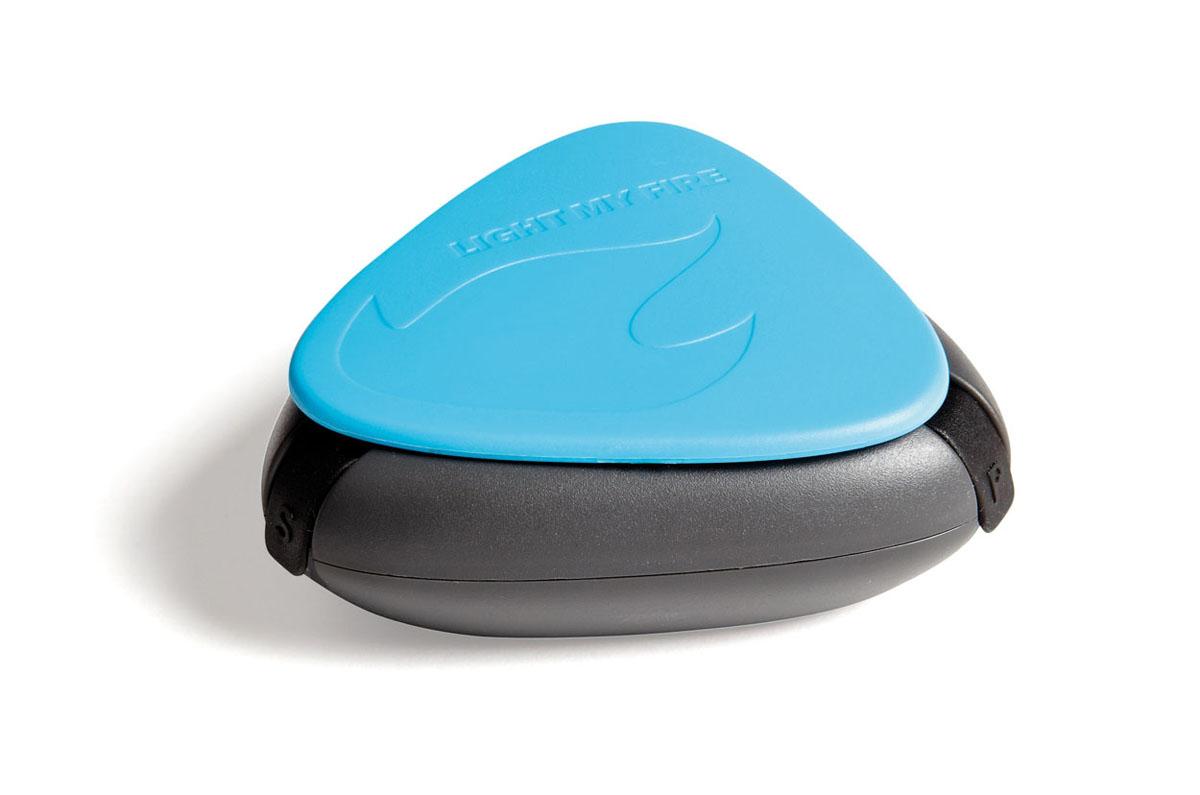 Коробочка для специй Light My Fire SpiceBox, цвет: голубой40272710Удобная водонепроницаемая коробочка для специй с тремя отделениями (по 11 мл каждое). У каждого отделения индивидуальная герметичная резиновая заглушка. Благодаря полной герметичности, влага и воздух не проникают внутрь, а специи остаются сухими и свежими, как-будто вы только что их туда насыпали. Компактность - то что необходимо каждому любителю путешествий и загородного отдыха. Вес составляет всего 40 грамм! Кроме того, коробочка не тонет в воде.