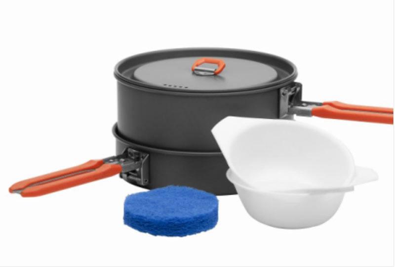 Набор походной посуды Fire-Maple Feast 1, цвет: металлик, оранжевый, 6 предметовFEAST 1Набор походной посуды Fire-Maple Feast 1- самый маленький из всей посуды серии Feast. Он рассчитан на 1-2 человека. При том, что набор очень компактен и легок, решена главная задача - это удобство в эксплуатации. Новая полноценная ручка с фиксатором позволяет удобно держать посуду при готовке, а при нажатии кнопки фиксатора позволяет сложить ручку и собрать набор в компактный вид для экономии пространства при хранении и транспортировки. Ручка выполнена из приятного на ощупь теплоизолирующего материала. В набор входят: - котелок, - сковорода, - 2 пластиковые миски, - губка для мытья посуды, - лопатка. Набор поставляется с сетчатым нейлоновым мешочком для транспортировки и хранения. Объем котелка: 1 л. Размер котелка: 14,6 см х 7,5 см. Объем сковороды: 0,6 л. Размер сковороды: 15,2 см х 4,2 см.