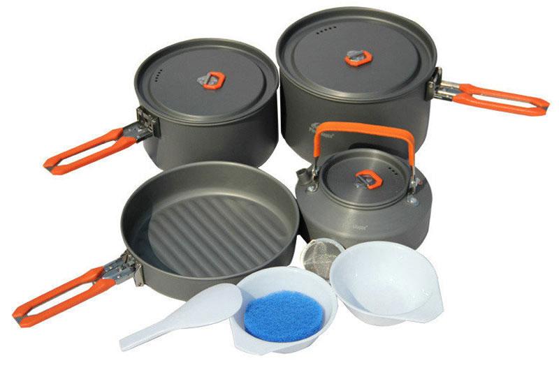 Набор походной посуды Fire-Maple Feast 4, цвет: металлик, оранжевый, 8 предметовa026124В набор Fire-Maple Feast 4 включено все, о чем вы мечтаете: котелки для приготовления еды, сковорода и чайник для кипячения воды. Это прекрасный выбор для похода с семьей на выходные или ужина на природе большой компанией. Вы также можете использовать составляющие набора по отдельности, в зависимости от вашего похода. При том, что набор очень компактен и легок, решена главная задача - это удобство в эксплуатации. Новая полноценная ручка с фиксатором позволяет удобно держать посуду при готовке, а при нажатии кнопки фиксатора позволяет сложить ручку и собрать набор в компактный вид для экономии пространства при хранении и транспортировки. Ручка выполнена из приятного на ощупь теплоизолирующего материала. В набор входят: - 2 котелка, - чайник, - сковорода, - 2 пластиковые миски, - губка для мытья посуды, - лопатка.Набор поставляется с сетчатым нейлоновым мешочком для транспортировки и хранения. Объемы котелков: 1,7 л; 2,7 л. Размер большого котелка: 16,8 см х 9,8 см. Размер маленького котелка: 18,8 см х 11,8 см. Объем чайника: 0,8 л. Размер чайника: 15,3 см х 7,3 см. Объем сковороды: 1 л. Размер сковороды: 19,4 см х 4,5 см.